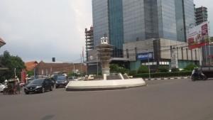 Tugu Dasasila di Simpang Lima Bandung. Sekarang sudah dipindahkan ke Jalan Asia Afrika dekat Gedung Meredeka | Foto serbabandung.com