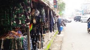 Pedadang aksesori TNI/Polisi di Jalan Malabar Bandung | Foto serbabandung.com