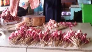 Potongan daging sapi yang akan dibuat sate. | Foto serbabandung.com #serbabandung