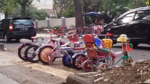 Sepeda bekas dijajakan di trotoar Jalan Malabar Bandung. | Foto serbabandung.com #serbabandung
