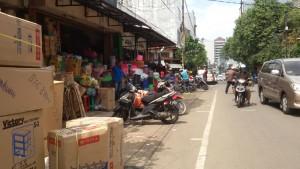 Tukang perabot di Jalan Blakang Pasar di Kawasamn Pasar Baru Bandung | Foto serbabandung.com