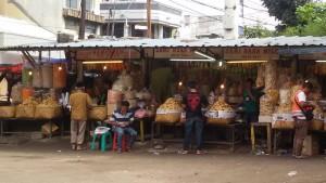 Pedagang oleh-oleh tradisional di Kosambi Bandung. | Foto serbabandung.com #serbabandung