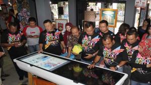 Direktur Sales Telkomsel Mas'ud Khamid dan jajaran manajemen Telkomsel saat mencoba Browsing Corner di LOOP Station, Jalan Diponegoro, Bandung. | Foto www.telkomsel.com
