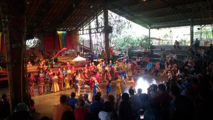 Lagu Bohemian Rhapsody Berkumandang di Saung Angklung Udjo