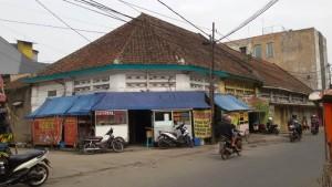 Deretan pedagang kuliner di Jalan Kelenteng Bandung. | Foto serbabandung.com # serbabandung