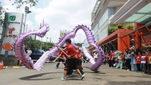 Pergelaran Liong di Riau Junction Mall, Jalan LLRE Martadinata, Bandung. | Foto Riau Junction