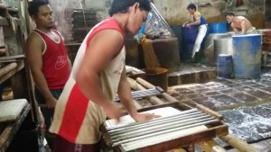 Pegawai di pabrik tahu di Cibuntu Bandung sedang memotong adonan tahu. | Foto serbabandung.com #serbabandung