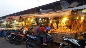 Pedagang ayam di Pasar Induk Gedebage. | Foto serbabandung.com #serbabandung