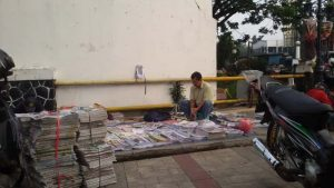 penjual koran di bursa koran cikapundung