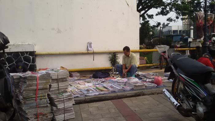 Penjual Koran di Bursa Koran Cikapundung Bandung yang Sudah Sepi