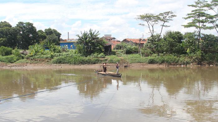 Perahu Eretan Siap Seberangkan Warga di Sungai Citarum