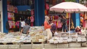 Bursa buku di Jalan Dewi Sartika Bandung | Foto serbabandung.com