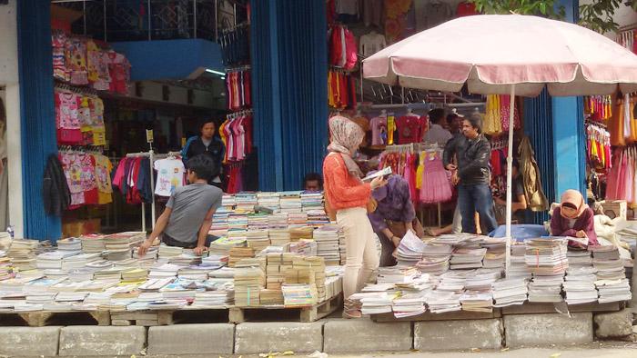 Penjual Buku di Jalan Dewi Sartika Bandung