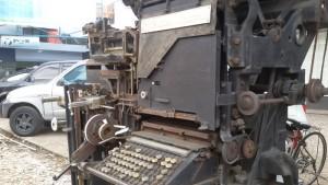 Mesin cetk koran di depan kantor Pikirn Rakyat, Jalan Asia Afrika, Bandung.
