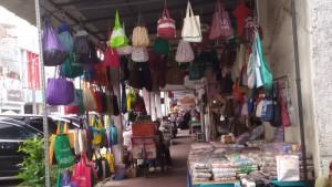 Penjual menjajakan goodiebag dan cendermata di Jalan Cibadak Bandung | FOTO serbabandung.com
