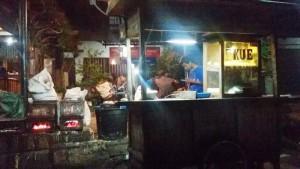 Pedagang kue balok di Jalan Moh Toha dekat pintu tol, Bandung | Foto serbabandung.com