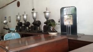 Mesin penggiling kopi di Toko Javaco Jalan Kebonjati Bandung | Foto serbabandung.com