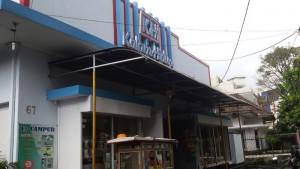 "Toko Buku Kalam Hidup di Jalan Naripan Bandung disebutkan dalam buku ""Produsen Ontbijt Walanda Bandoeng"" karya Sudarsono Katam sebagai bekas pabrik air mineral bermerek Malabar | FOTO serbabandung.com."