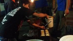 Pedagang kue balok di Jalan Moh Toha. | Foto serbabandung.com #serbabandung