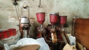 Penggiling kopi di Toko Kopi Kapal Silam di Jalan Pasar Barat, Bandung. | Foto serbabandung.com #serbabandung