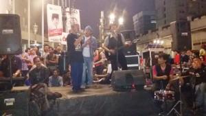 Bandung Koes Plus Community menghibur pengunjung Car Free Night Jalan Asia Afrika Bandung Sabtu (16/5/2015). Mereka membawakan lagu-lagu Koes Plus. | Foto serbabandung.com.