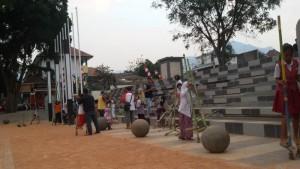 Bermain egrang di Taman Ujungberung Bandung. | Foto serbabandung.com #serbabandung