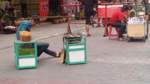 Penjual ketan bakar di Jalan Dalem Kaum, Kota Bandung. | Foto serbabandung.com #serbabandung