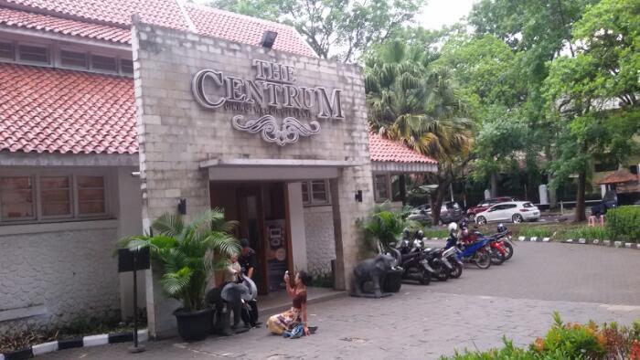 The Centrum,  Kolam Renang Karya Schoemaker di Jalan Belitung