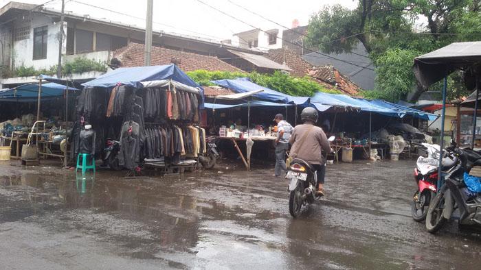 Barang Bekas yang  Dijual Pedagang di Jalan Astanaanyar