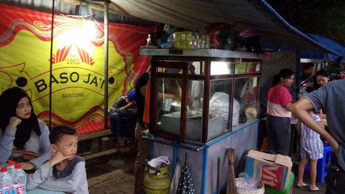 Baso Jai di Dekat Rel yang Pembelinya Harus Sabar Antre