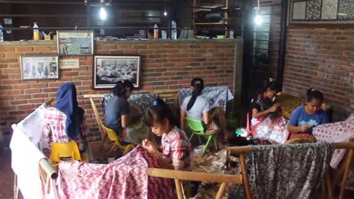 perajin batik di rumah batik komar