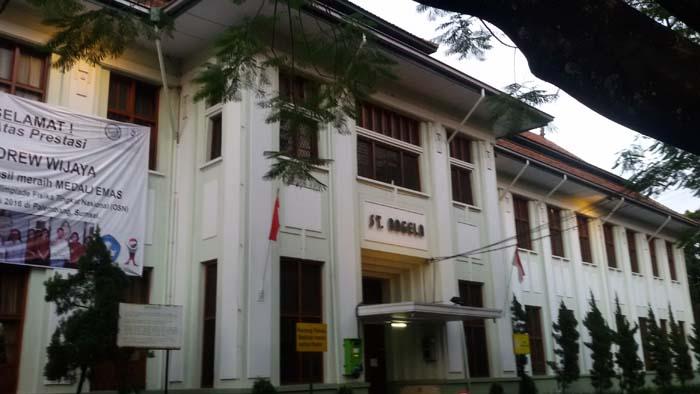 gedung sekolah santa angela