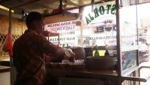 Waryo, pedagang mi bakso Restorja di Jalan Bojongsoang.   Foto serbabandung.com #serbabandung