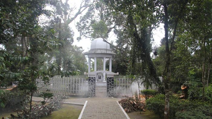 jalan ke makam bosscha