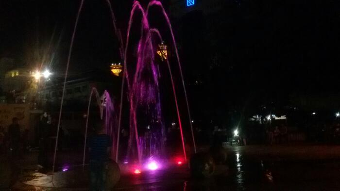 Air mancur warna-warni