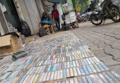 Budi Penjual Kaset Bekas Beragam Artis di Jalan Dewi Sartika